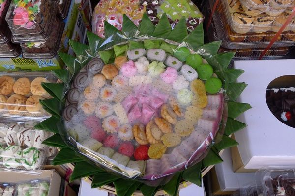 Kue yang ditata cantik untuk seserahan atau sajian acara sastri