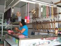 Toko yang menjual aneka kreasi batu permata (Sumber: hotel-batara.com)