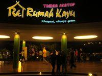 View Lobby restoran Rumah Kayu pada malam hari