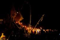 Iring-iringan masyarakat Tengger ke puncak Bromo pada malam hari (indonesiadiscovery.net)