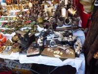 Suvenir antik khas Uni Soviet yang dijual di kaki lima