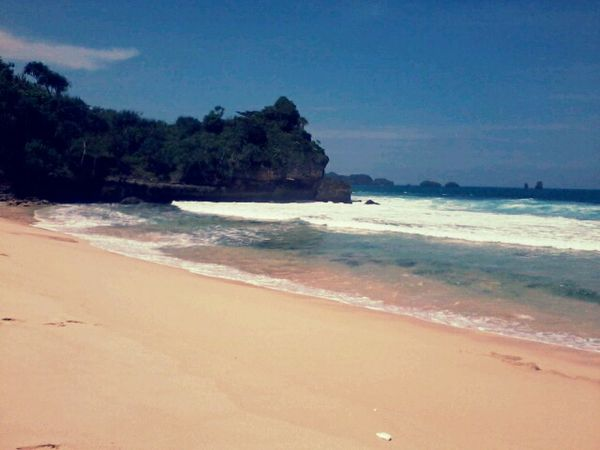 Siang hari di Pantai Goa Cina