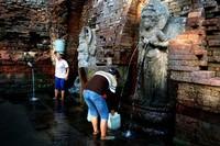 Ibu-ibu yang sedang menagambil air dari Candi Sumber tetek