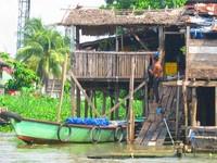 Rumah di tepian sungai (Lalu Abdul Fatah/ACI)