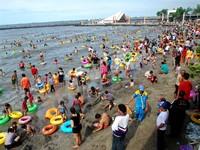 Ribuan Wisatawan Bermain Air di Beachpool Ancol (Sumber: lensaindonesia.com)