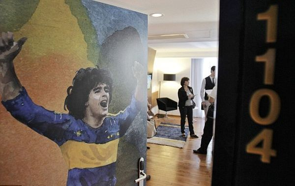Kamar dengan gambar Diego maradona di pintu masuknya (dailymail.co.uk)