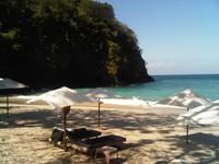 Payung-payung yang ada di bibir pantai digunakan turis untuk berjemur dan bersantai (tien-tien-lai-to-bali.blogspot.com)