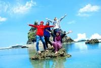 Bersama menikmati keindahan pantai di Sawarna