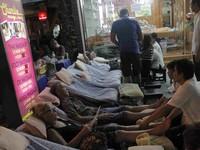 Turis mancanegara mencoba Thai massage pinggir jalan (Ichsan/detikHot)