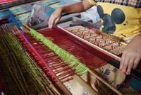 Tangan Terampil Wanita Muda Sukarara Menenun (dok. Hilda Perbatasari/dtraveler)