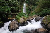 Wisatawan bisa bermain air dan merasakan kesejukan air terjun Gitgit di antara celah bebatuan ini (infowisataku.com)