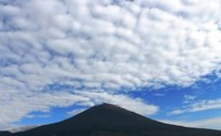 Langit biru degna gunung yang menjulang tinggi (Harris Maulana/ACI)