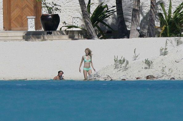 Nicole Kidman dan Keith Urban menikmati pantai di Bora-bora (zimbio.com)