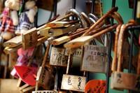 Gembok cinta di Jepang (tokyobling.wordpress.com)