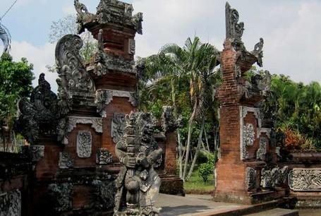 Islam dan Hindu Membaur Bersama di Pura Ini