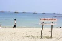 Pasir putih dan birunya air laut menjadi nilai lebih untuk Tanjung Lesung
