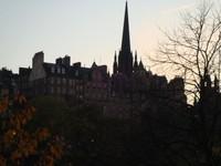 Bangunan di tepi bukit Edinburgh