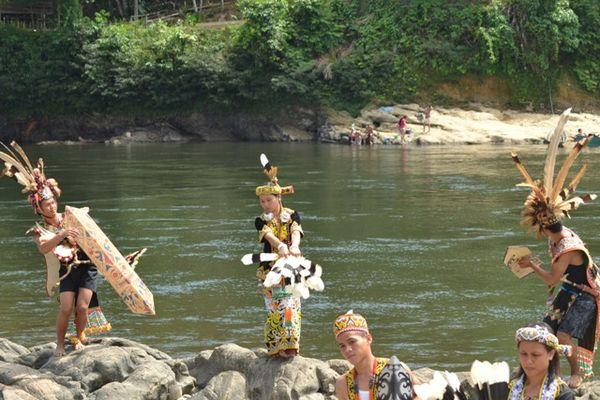 Pelajar Dayak dari SMAN 6 Sendawar yang menari di Sungai Mahakam