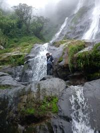 Air terjun Sikarim yang mengalir deras