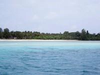 Pasir putih Pulau Samar gelap di kejauhan