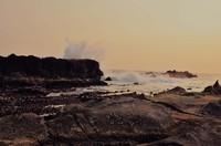 Deburan ombak di pantai