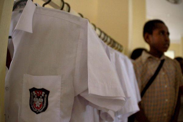 Pakaian rapi anak-anak asrama Penjunan yang disusun berdasarkan nama mereka di depan pintu kamar