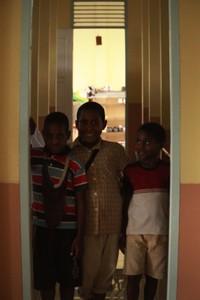 Anak-anak di Asrama Penjunan yang berasal dari suku Kamoro dan Amome berfoto bersama