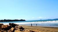 Batu karang menghiasi Pantai Sidem (foto:Wendy S)