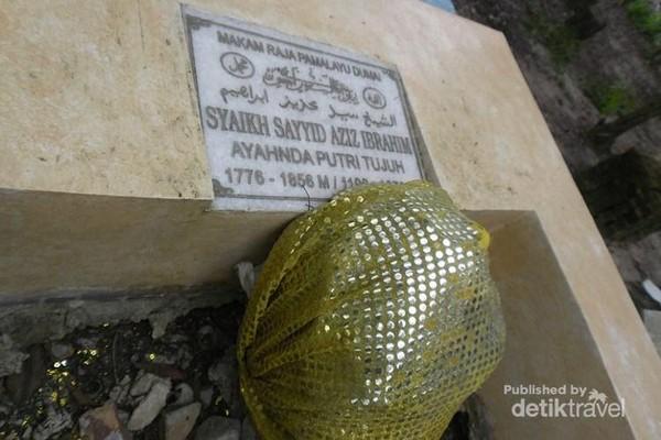 Makam Raja Dumai, ayahanda Putri Tujuh