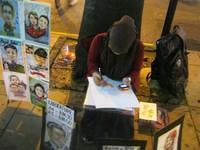 Seniman jalanan yang siap menggambar wajah Anda dalam bentuk karikatur