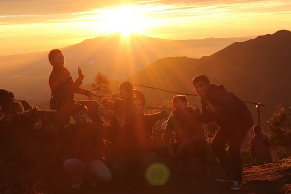 golden sunrise dari atas bukit sikunir dieng