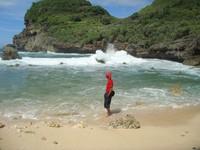 Deburan ombak yang menabrak batu karang
