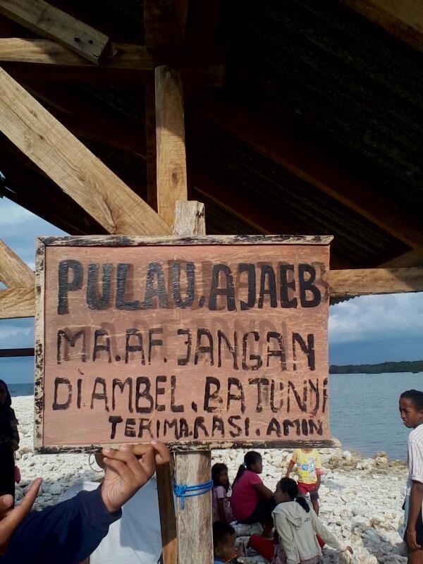 Papan yang melarang traveler mengambil batu di Pulau Ajaib