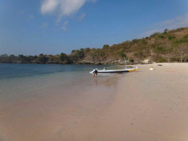 Pantai Tangsi dengan pasir pink
