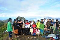 Berpose dengan permadani awan Gunung Cikuray