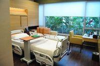Kamar pasien rawat inap didesain sama tanpa membedakan kelas. Ada sebanyak 10 kamar di sini dengan harga per malamnya 400 dollar Singapura atau sekitar Rp 3,2 juta. Dilengkapi dengan televisi yang memuat berbagai channel, juga layanan kafetaria yang bisa dipesan online.  (Foto: Agus/detikHealth)
