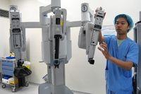 Robotic Surgery dioperasikan mengggunakan tangan-tangan robot yang berjumlah 3 buah. Ujung 'tangannya' dilengkapi dengan gunting bedah kecil, jarum atau penjepit yang bisa diganti-ganti dan berputar 360 derajat untuk melakukan operasi yang sulit.  (Foto: Agus/detikHealth)