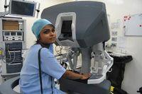 Tidak sembarang dokter bedah yang boleh dan bisa mengoperasikan alat ini. Dokter harus memiliki sertifikasi dan jam terbang yang tinggi untuk bisa menggunakannya. Di Fortis Colorectal Hospital, kesemua ahli bedah yang berjumlah 4 orang bisa mengoperasikannya.  (Foto: Agus/detikHealth)