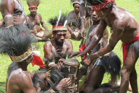 Tradisi Suku Kamoro, Papua membuat Tifa (Fitraya/detikTravel)