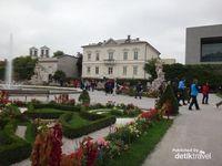 Taman indah dengan aneka rupa bunga di taman Istana Mirabel
