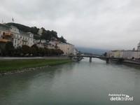Sungai Salzach yang tenang, dengan alunan lagu Akordeon dari para pengamen jalanan di sekitar jembatan