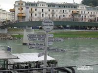 Gembok yang dikaitkan oleh pasangan muda-mudi di  jembatan di atas Sungai Salzach sebagai tanda cinta  yang kuat dan tidak terpisahkan