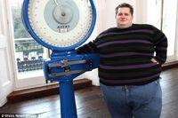 Gillet akhirnya memutuskan mengikuti acara 'Supersize vs Superskinny' sebagai upaya awal untuk menurunkan berat badan. Tapi di acara tersebut ia malah merasa dipermalukan. Setelah acara itu, ia bahkan mendapatkan kiriman sekotak besar donat dengan potongan logam gerigi di dalamnya. (Foto: Wales News Service)