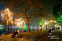 Danau Hoan Kim di malam hari