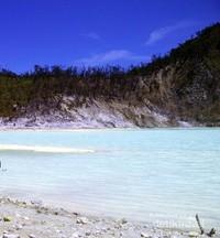 Kawah Putih, terkadang airnya bisa berubah warna menjadi lebih hijau.