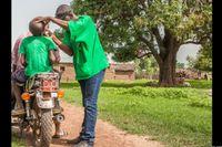 Blusukan ke desa-desa, dokter-dokter ini menemukan banyak anak dan ibu di pedalaman Mali yang mengidap trachoma, terutama di desa yang iklimnya panas dan kesulitan akses air. Gangguan pada mata tersebut disebabkan oleh bakteri dan biasanya menular dari anak ke ibunya. Namun trachoma ini harus segera diobati bila tak ingin mengakibatkan kebutaan. (Foto: Javier Acebal/BBC)