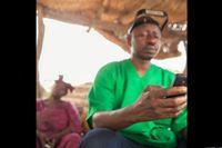 Setiap dokter bedah mata yang berkunjung ke desa-desa ini pun diwajibkan melaporkan temuan mereka ke sistem yang ada di pusat. Data laporan mereka mencakup jumlah orang yang diketahui mengidap trakoma, jumlah prosedur bedah yang mereka jalankan dan hal-hal apa saja yang dikonsultasikan penduduk setempat kepada mereka. (Foto: Javier Acebal/BBC)