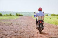 Ada 10 dokter bedah mata yang terlibat dalam proyek Sightsavers ini. Masing-masing dari mereka ditugaskan di 10 distrik yang berbeda-beda. Rata-rata mereka harus blusukan ke desa-desa yang jaraknya mencapai 20-30 kilometer perhari dan dalam sehari, mereka biasanya melaksanakan tiga prosedur bedah sekaligus. Berkat proyek ini, prevalensi trachoma di pedesaan Mali, terutama pada anak-anak berumur 9 tahun ke bawah menurun hingga 5 persen. (Foto: Javier Acebal/BBC)