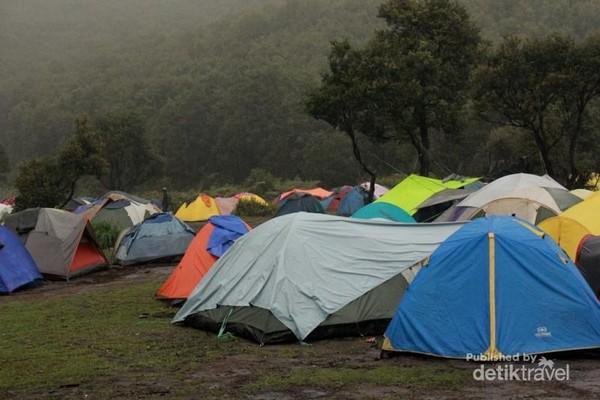 Puluhan tenda warna-warni menghiasi Pondok Saladah