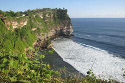 Memandang Indahnya Pantai dari Bibir Tebing Uluwatu